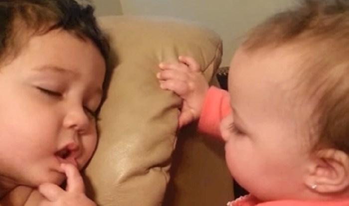 VIDEO Ova slatka bebica pokušava probuditi bracu. Njegova reakcija će vas rastopiti