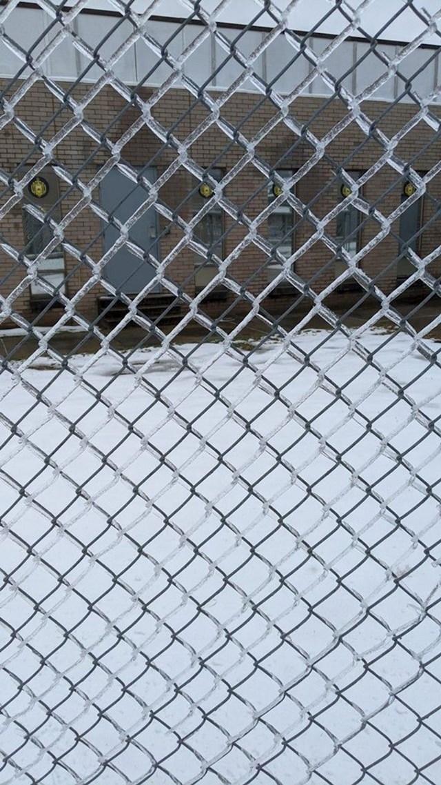 Način na koji se led odvojio od zaštitne ograde