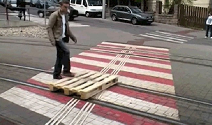 Tip je drvenu paletu na genijalan način upotrijebio kao prijevozno sredstvo