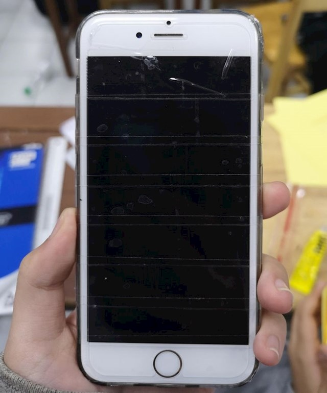 """Moja frendica je zalijepila selotejp na mobitel kako bi zaštitila ekran"""