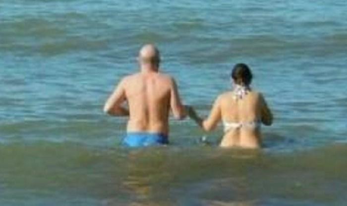 Tko je tu lud? Ovi ljudi su se kupali na plaži, zbog jedne stvari fotografija je jako čudna