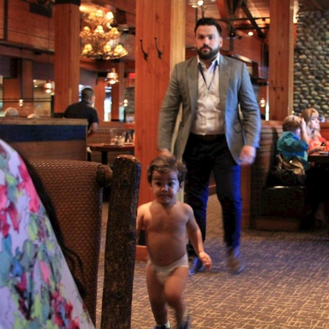 Uspio je pobjeći tati iz toaleta restorana :D