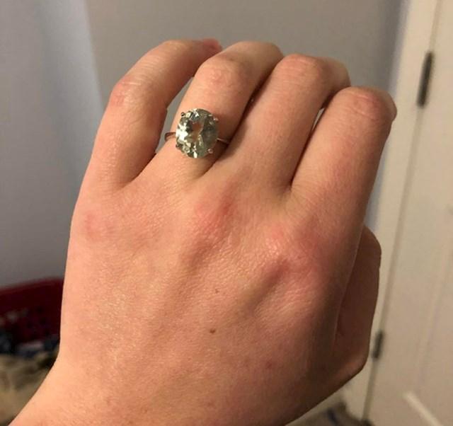 """""""Prodavač mi je rekao da se radi o zelenom ametistu i smanjio je cijenu na 42 dolara. Odnijela sam ga u draguljarnicu na procjenu, ovo je rijedak zeleni dijamant star preko 100 godina, konzervativno vrijedan više od 8000 dolara!"""""""