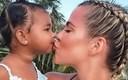 Psiholozi su objasnili zbog čega bi roditelji trebali prestati ljubiti djecu u usta