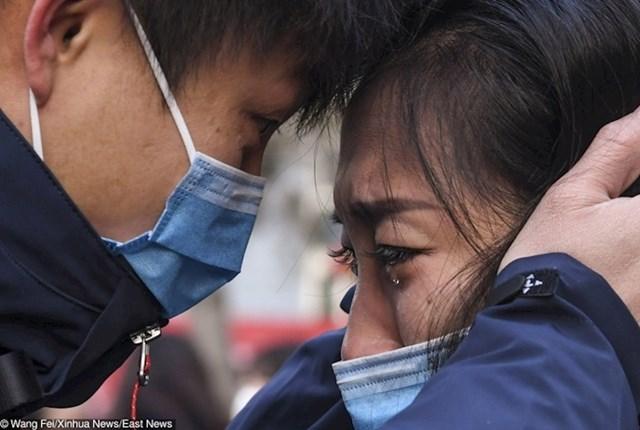 Rastanak liječnika i njegove supruge prije puta u Wuhan kako bi liječio oboljele od korona virusa