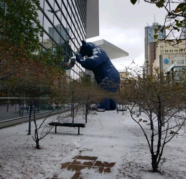 Skulptura medvjeda koji zaviruje kroz prozor