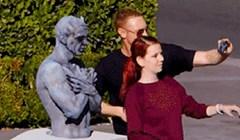 Dečko i djevojka radili su selfie ispred kipa. Ono što se dogodilo sledilo im je krv u žilama