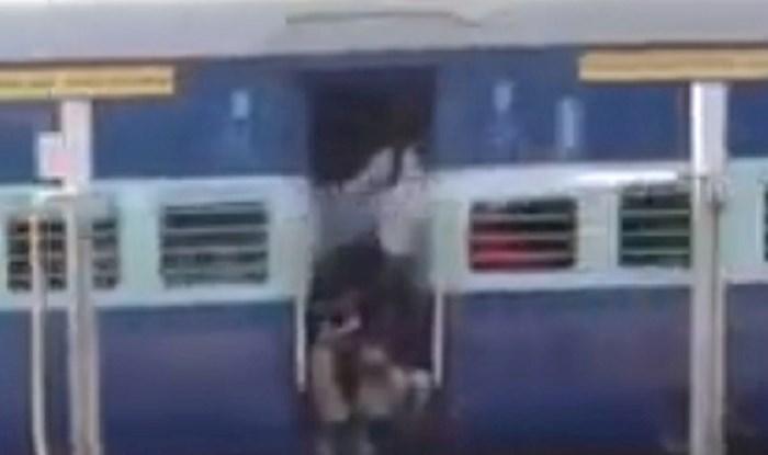VIDEO Na željezničkoj stanici pukla je cijev s vodom, pogledajte kako tušira ljude u vlaku