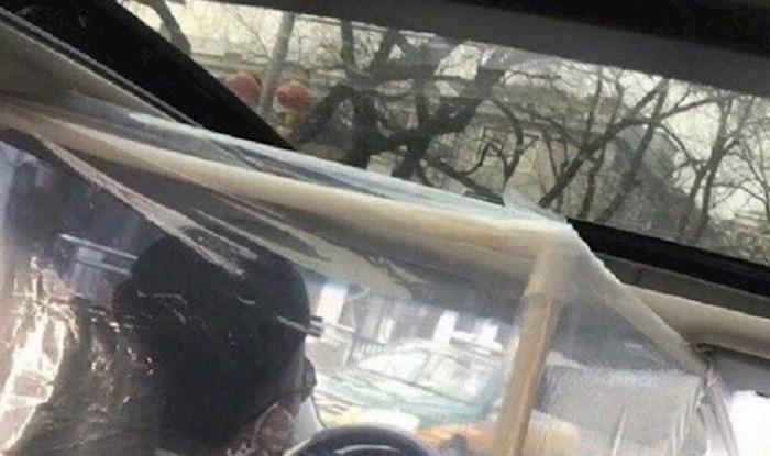 Taksist iz Kine unatoč korona virusu radi svoj posao, pogledajte kako se zaštitio