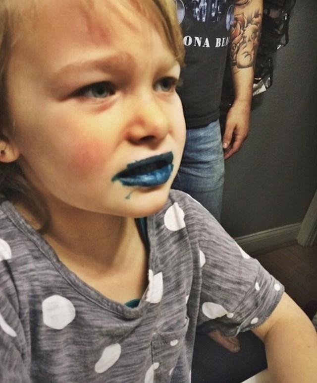 Izraz lica kada je shvatila da se vodootporni marker ne može tako lako oprati...