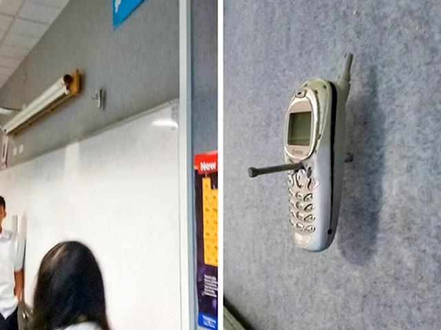 Profesor je zabio mobitel svog učenika u zid kada ga je on koristio na nastavi. Nakon 20 godina, mobitel je još tamo