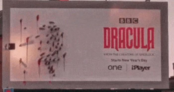 Ovaj naizgled običan plakat za Drakulu pretvara se u nešto strašno kad padne noć