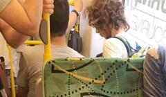 Putnici u javnom prijevozu fotkali su ovog bezobraznog lika koji se očito noć prije nije naspavao