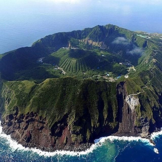 Maleni vulkanski otok Aogashima u Japanu