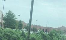 Iz auta su fotkali ovaj čudan prometni znak, kako je ovo uopće moguće?