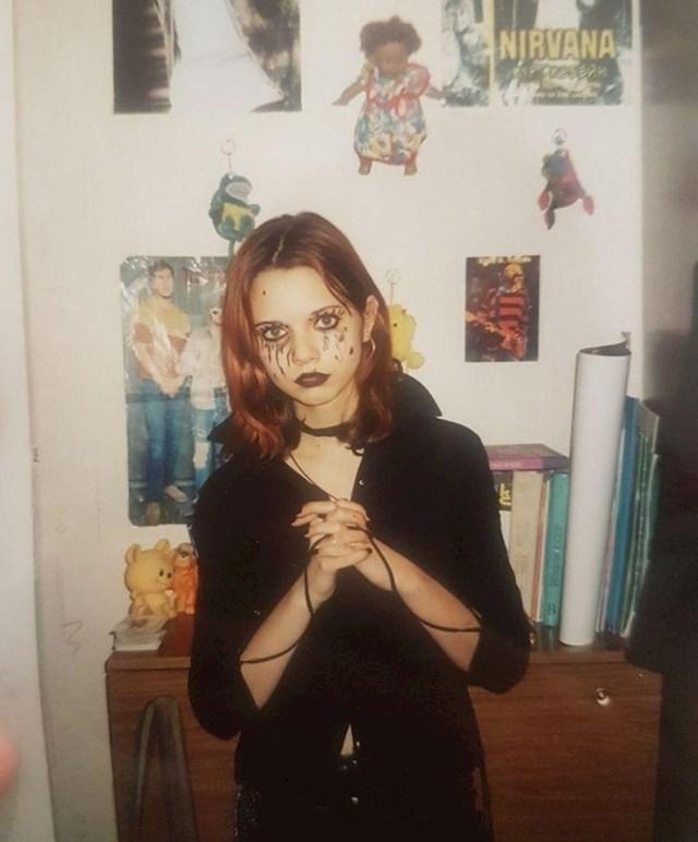 """""""Ovdje imam 14 godina. Natjerala sam mamu da me fotografira, izradila fotku i stavila ju u obiteljski album"""""""