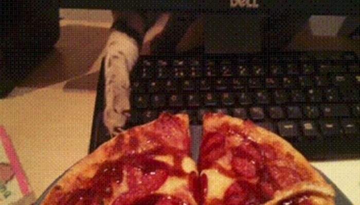 Čovjek je naručio pizzu, mačka je iskoristila njegovu nepažnju i dogodilo se nešto presmiješno