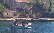 Romantika na morski način - lik u Dalmaciji nasmijao je ljude zbog onog što je prevozio u čamcu