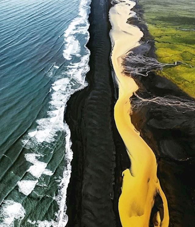 Mjesto na Islandu na kojem se susreću crna plaža, žuta rijeka, zeleno polje i plavo more