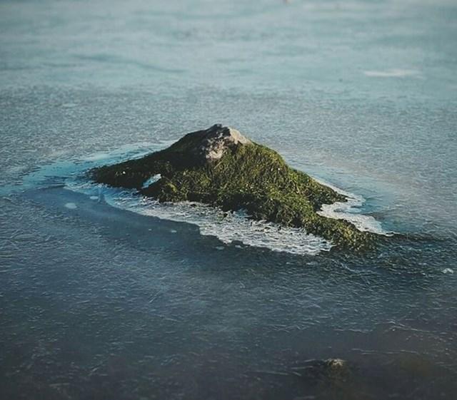 Ovo nije otok, nego običan kamen prekriven mahovinom...