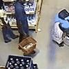 Nadzorna kamera je snimila ovu ženu kako krade u dućanu, način kako je skrila ogromnu kutiju je nevjerojatan