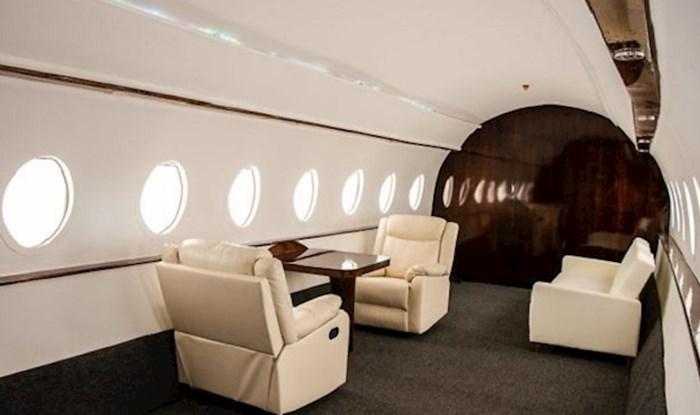 Influenceri koriste studijske setove za fotografiranje kako bi izgledalo da su u avionu