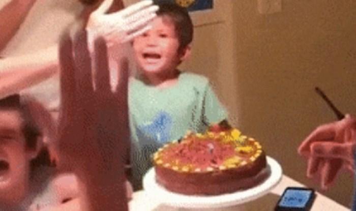 Zločesti dječak pokušao je ugasiti svjećice na torti slavljenika, tata ga je spriječio jednim trikom