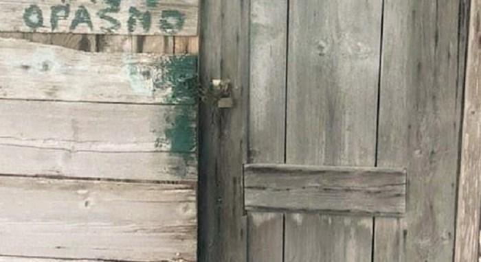 Za turiste - ovaj jezivi vanjski wc u Dalmaciji nasmijao ljude zbog natpisa