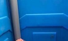 Ušao je u pokretnu wc kabinu, zbog ovog prizora zaplakao je od smijeha