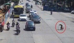 Starica je pokušavala prijeći cestu, to je moglo završiti katastrofalno da se na putu nije našao ovaj mladić