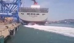 VIDEO Kontejnerski brod zabio se u lučku dizalicu, prizor je nevjerojatan