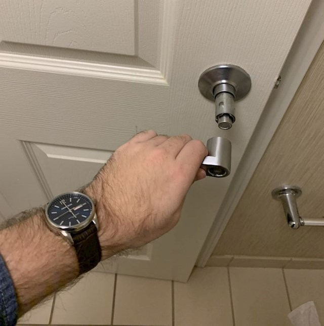 """Pokušao sam otvoriti vrata moj hotelske sobe i..."""