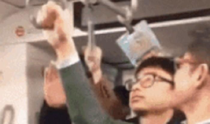 Lik se nije imao gdje uhvatiti u vlaku, pa je izvadio nešto iz torbe što je nasmijalo sve putnike