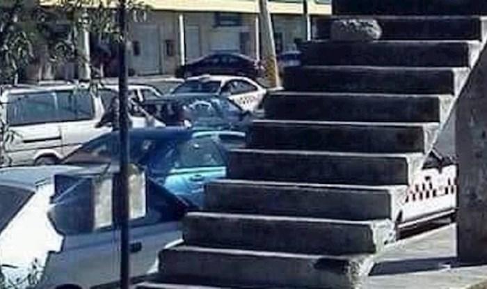 Ako ste se ikada osjećali suvišno, zamislite kako je ovim stepenicama