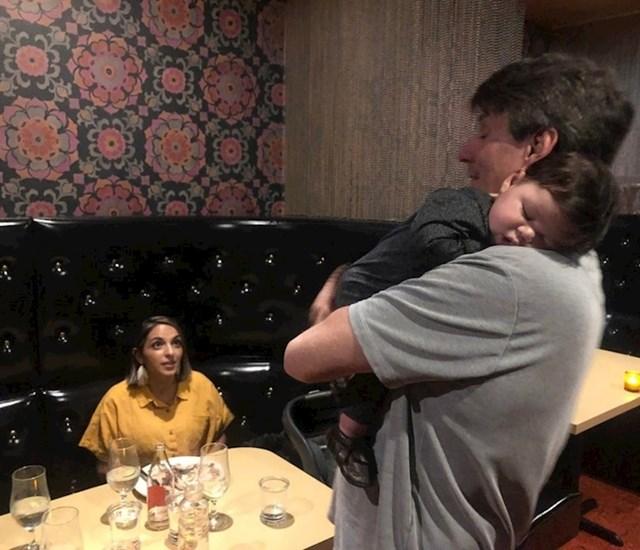 Stranac se ponudio pričuvati uplakanu bebu da bi roditelji mogli pojesti obrok