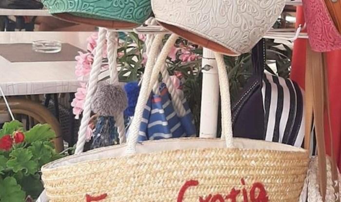 Lik je u Primoštenu ugledao torbu sa zanimljivim natpisom, jeste li čuli za ovu zemlju?