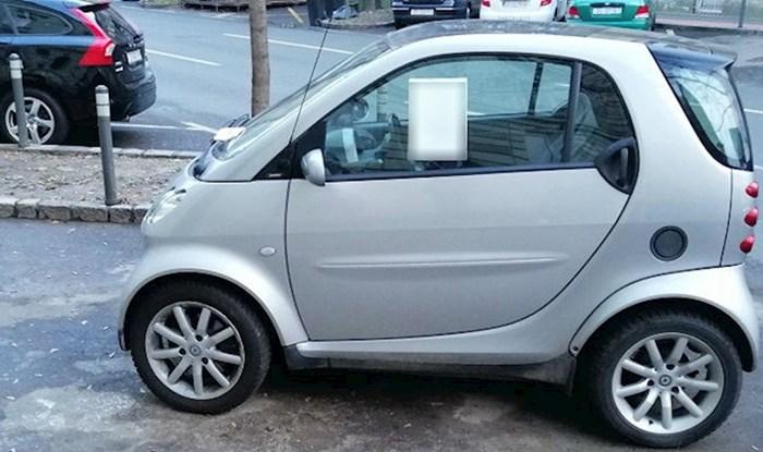 Vlasnik Smarta katastrofalno se parkirao, netko mu je ostavio poruku zbog koje je propao u zemlju od srama
