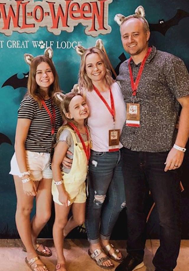 Chloe sa svojom obitelji u kinu (manja djevojčica)
