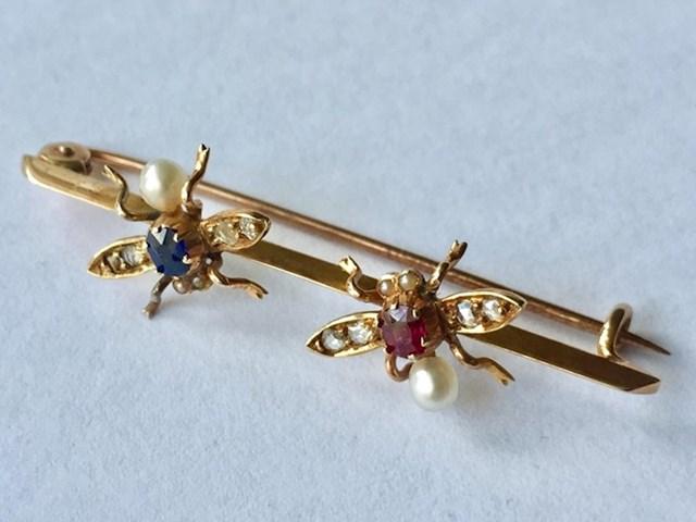 """""""Bila sam na dvorišnoj rasprodaji i kupila ovo za 5 dolara. Odnijela sam draguljaru na procjenu i potvrdio mi je da je zlato bez oznake, s dijamantima i safirima."""""""