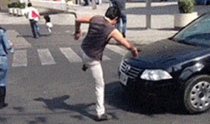 Čovjek se pretvarao da ne na cesti nekakva prepreka, vlasnik ovog auta je totalno nasjeo