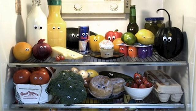 Svim namirnicama i artiklima u hladnjaku zalijepio je plastične oči