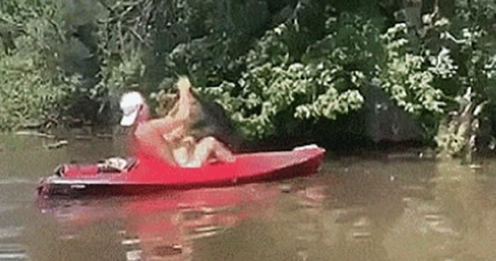 Tip je veslom udario po stablu iznad rijeke, uslijedio je horor kojeg će pamtiti cijeli život