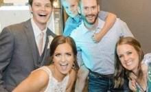 Fotka s vjenčanja postala hit zbog jednog zbunjujućeg detalja