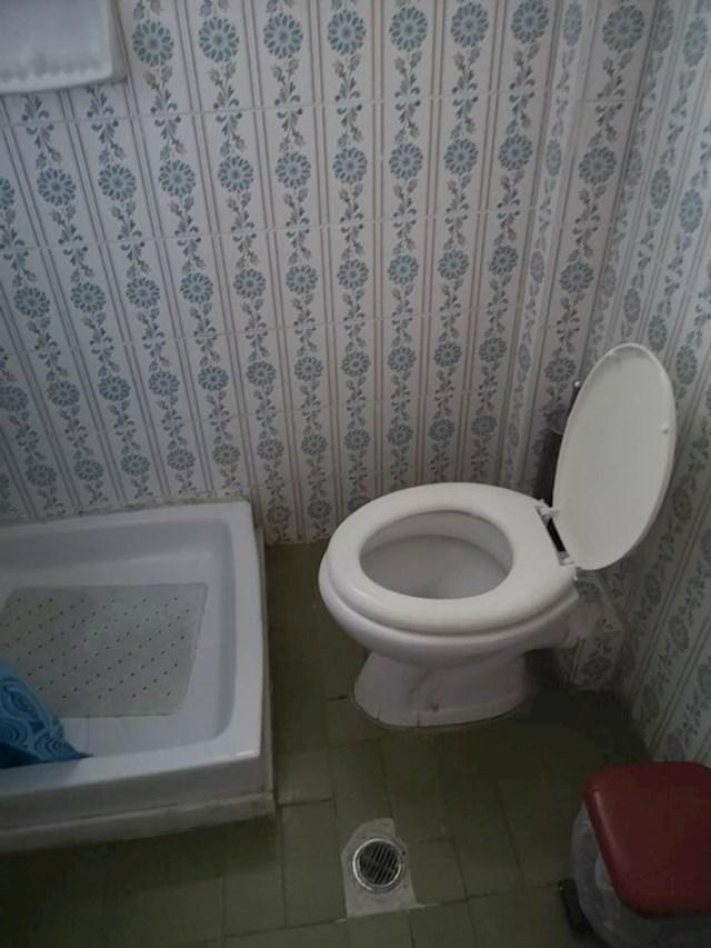 """""""Kupaonica u apartmanu u kojem borave moji roditelji na godišnjem odmoru"""""""
