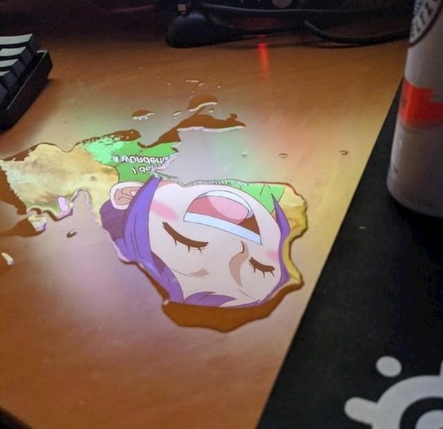 """""""Prolio sam vodu po stolu, a slika s monitora savršeno se stopila s lokvicom"""""""