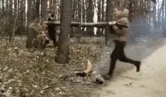 Ova dva lika pokušala su prelomiti deblo drveta, ali to je prošlo totalno krivo