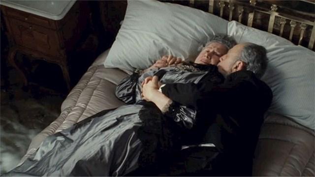 Stariji par koji zagrljen leži dok brod tone baziran je na stvarnim ljudima