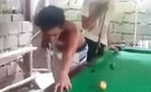 Lik nikako nije mogao pogoditi lopticu na biljaru, pa je napravio očajan potez