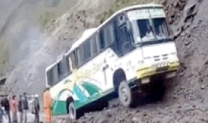 Ovaj vozač ili je jako hrabar ili nije normalan, pogledajte cestu kojom je prošao busom