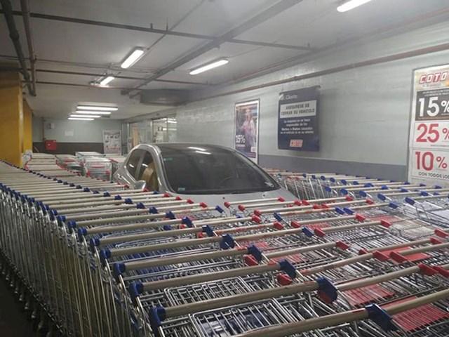 Još jedno parkiranje koje će vlasnik auta zapamtiti